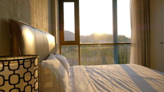日没時のベッドルーム - dolly shot点の映像素材/bロール