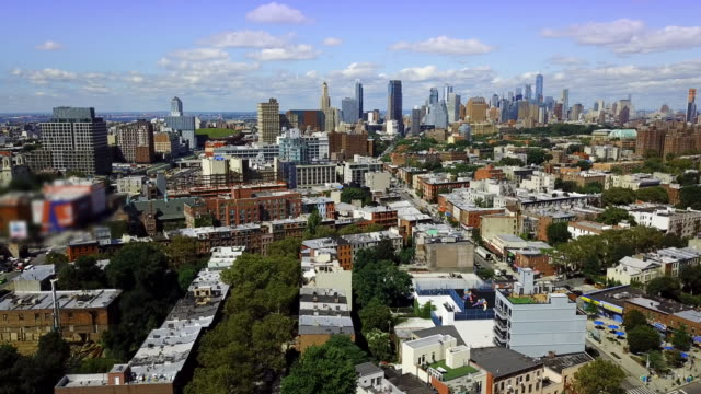 vídeos de stock, filmes e b-roll de bed stuy brooklyn nyc skyline aerial - brooklyn new york