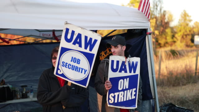 bedford, indiana, usa: united auto workers local 440 members continue to picket outside the bedford casting operations plant, october 18, 2019 in... - 労働組合点の映像素材/bロール