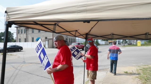 bedford, indiana, usa: workers from united auto workers local 440 picket at an entrance general motors' bedford powertrain factory during the first... - 1日目点の映像素材/bロール