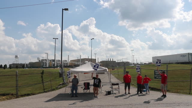 vídeos de stock e filmes b-roll de workers from united auto workers local 440 picket at an entrance general motors' bedford powertrain factory during the first day of a national labor... - general motors