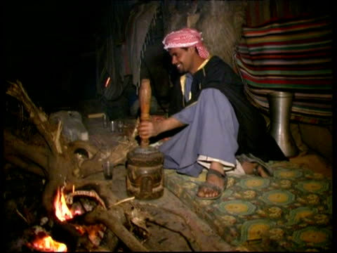 bedouin in the negev desert, playing and inviting guests, israel - ベドウィン族点の映像素材/bロール