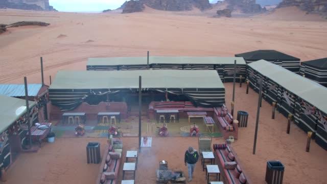 bedouin lifestyle camps in the wadi rum desert seen from above, jordan - ベドウィン族点の映像素材/bロール