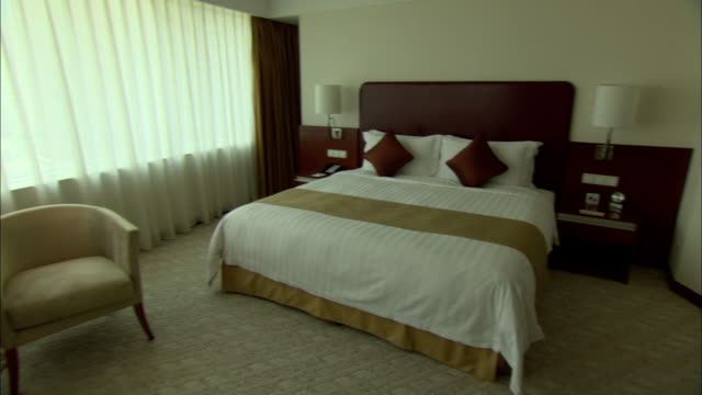 ws pan bedroom in skyway landis hotel, shanghai, china - hotelzimmer stock-videos und b-roll-filmmaterial