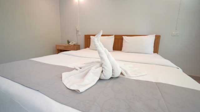 vídeos y material grabado en eventos de stock de interior del dormitorio con decoración de la cama - alojamiento y desayuno