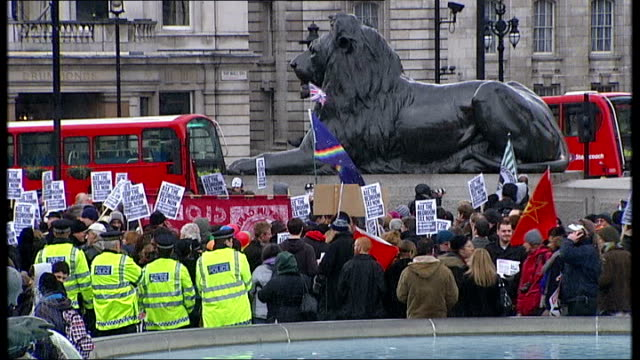 vídeos de stock, filmes e b-roll de bedroom tax under scrutiny after grandmother blames government in suicide note t30031301 / tx trafalgar square ext protesters chanting 'axe axe the... - stop placa em inglês