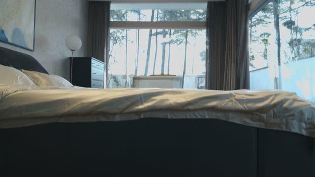 schlafzimmer - bedroom stock-videos und b-roll-filmmaterial