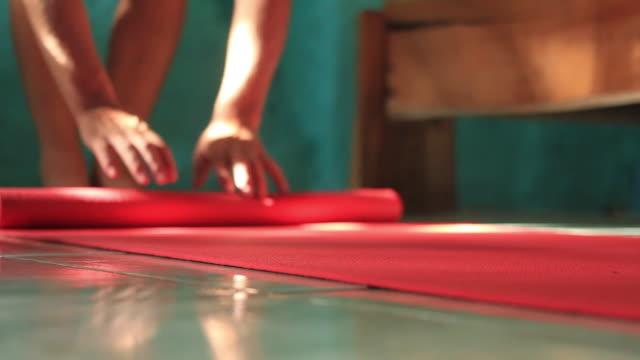 vídeos de stock, filmes e b-roll de bedroom yoga - tatame equipamento para exercícios