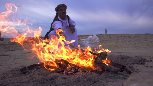 beduin make fire and sparks - ベドウィン族点の映像素材/bロール