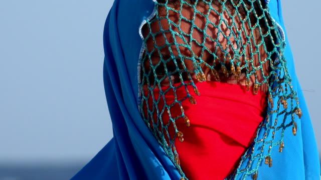 beduin woman looking arround - 民族衣装点の映像素材/bロール