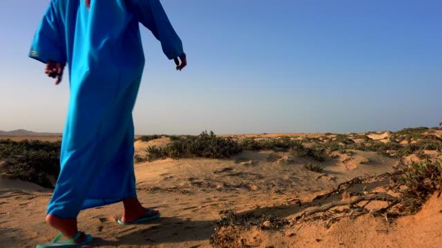 beduin woman  walking  in the desert - ベドウィン族点の映像素材/bロール