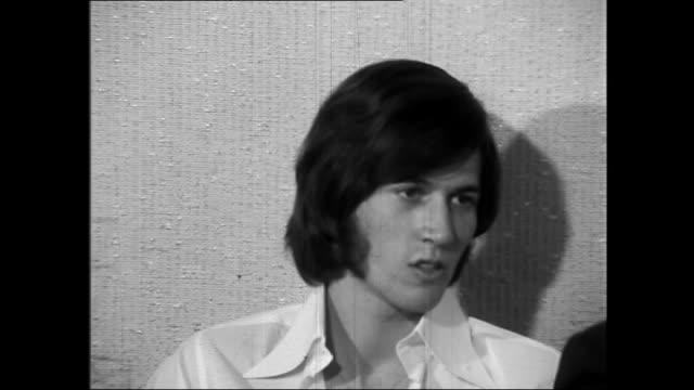 bee gee's barry gibb, is asked what he is doing in australia, barry said he is here recruiting people he can take back to england and developed as... - the bee gees bildbanksvideor och videomaterial från bakom kulisserna