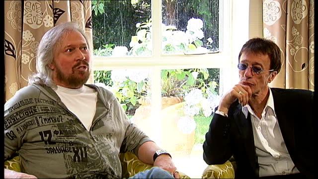 bee gees singer robin gibb wakes from coma; t14070917 / tx london: int barry gibb and robin gibb interview - the bee gees bildbanksvideor och videomaterial från bakom kulisserna