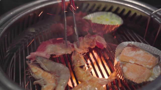 vídeos de stock, filmes e b-roll de carne de porco em um prato com molho de churrasco grelhado. grill buffet restaurante yakiniku. - bbq sauce