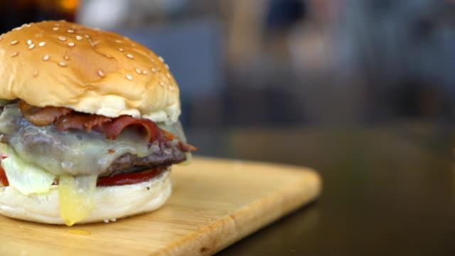 Rindfleisch-Burger mit Käse