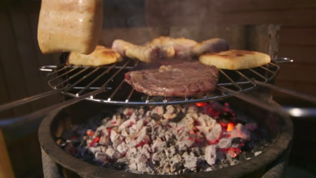 bbq beef chicken - pollo alla brace video stock e b–roll