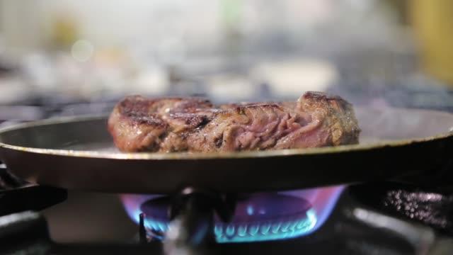 rindersteak auf pfanne braten - kalbfleisch stock-videos und b-roll-filmmaterial