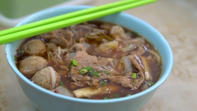vídeos de stock e filmes b-roll de beef stew noodle soup. - pauzinhos