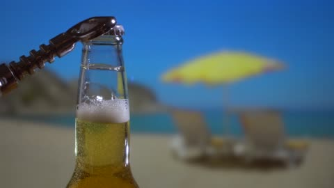 晴れた日のビーチでビールボトル - ボトルオープナー点の映像素材/bロール