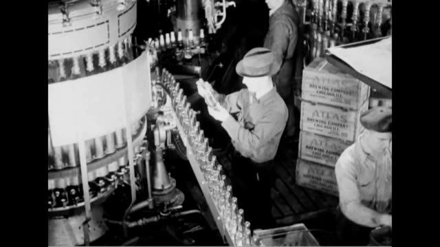 beer bottles on assembly line beer barrels loaded onto horsedrawn cart - 禁酒法点の映像素材/bロール