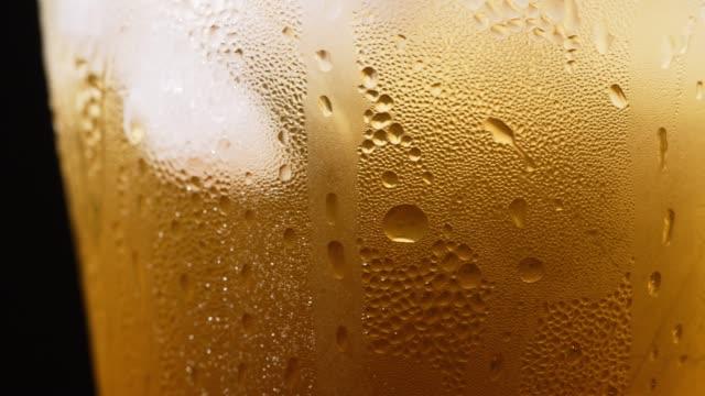 vidéos et rushes de bulles de bière et gros plan de mousse - buée
