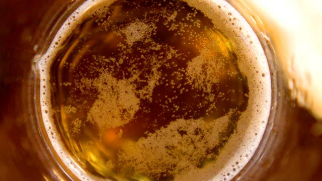 vídeos y material grabado en eventos de stock de las burbujas de la cerveza y la espuma closeup - vaso