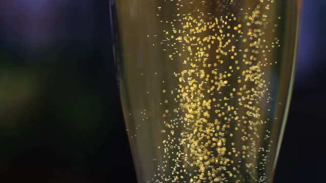 hd beer bubbles in a glass (loopable) - frische stock videos & royalty-free footage
