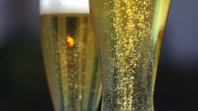 beer bubbling beer in glasses (loopable) - frische stock videos & royalty-free footage