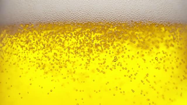 öl på nära håll i slow motion - ölglas bildbanksvideor och videomaterial från bakom kulisserna