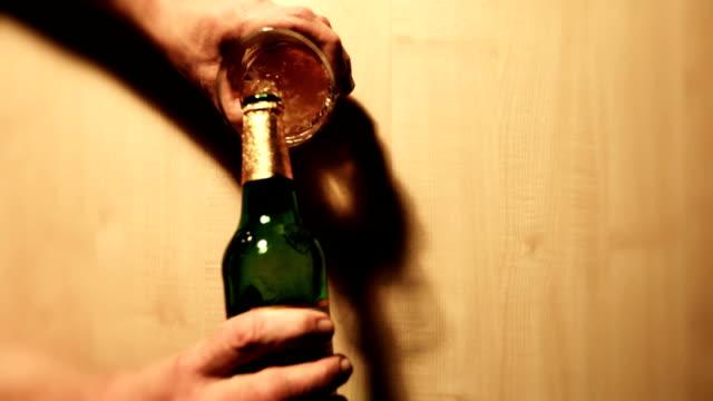 bier genießer - bierflasche stock-videos und b-roll-filmmaterial