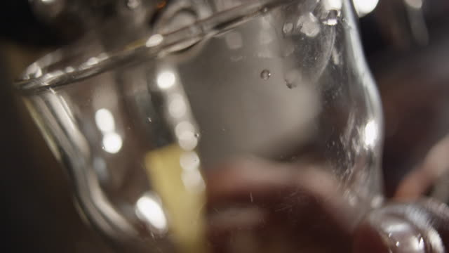 beer froth and forms head as it is poured into glass - 飲み物の泡点の映像素材/bロール