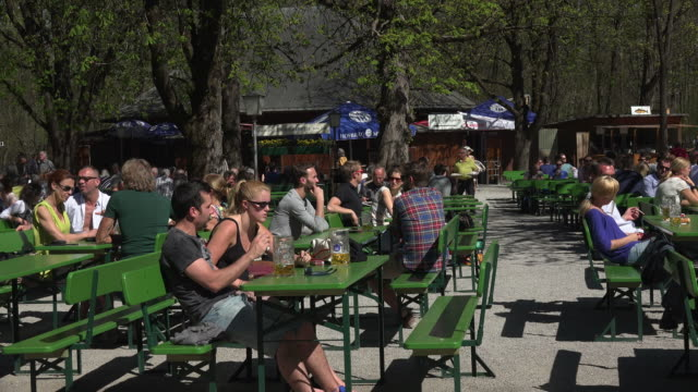 stockvideo's en b-roll-footage met beer garden at chinesischer turm, englischer garten, munich, bavaria, germany - mid volwassen vrouw