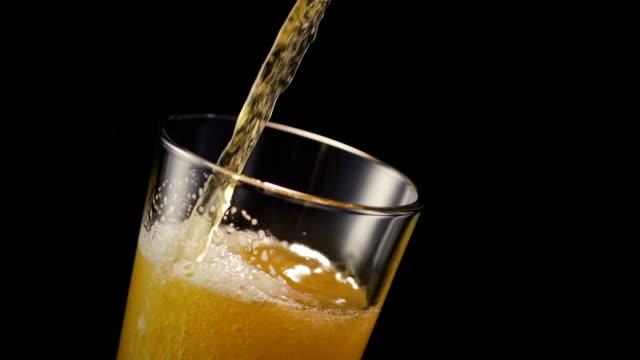 vidéos et rushes de beer glass pour on black - verser