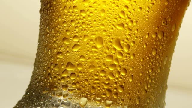 vídeos de stock e filmes b-roll de copo de cerveja - gema semipreciosa
