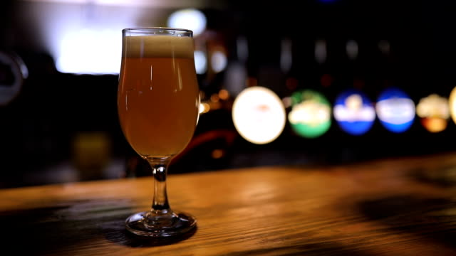 bier am tresen im pub - after work stock-videos und b-roll-filmmaterial