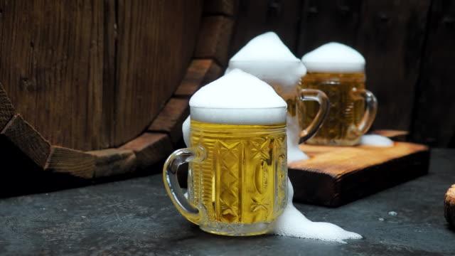 vídeos de stock, filmes e b-roll de cerveja no bar de balcão - barril