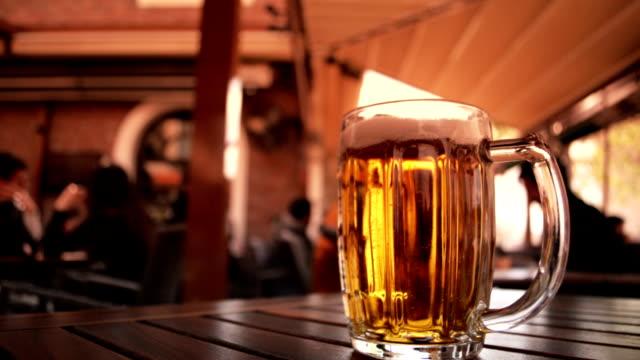 vidéos et rushes de bière au bureau en haute définition - verre translucide