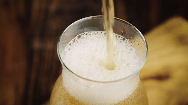 スローモーションでグラスに注ぐビール - freshness点の映像素材/bロール