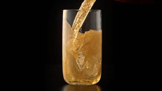 グラスに注ぐビール - 注ぐ点の映像素材/bロール
