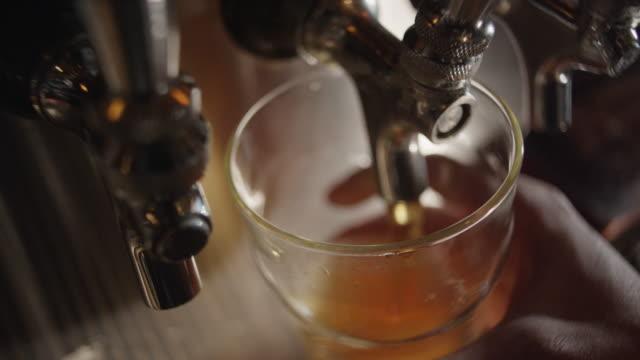 vídeos y material grabado en eventos de stock de beer slowly fills pint to overflowing - beer mug
