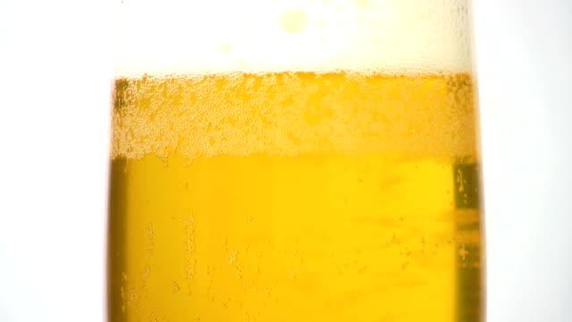 vídeos de stock, filmes e b-roll de hd: cerveja - bebida com espuma
