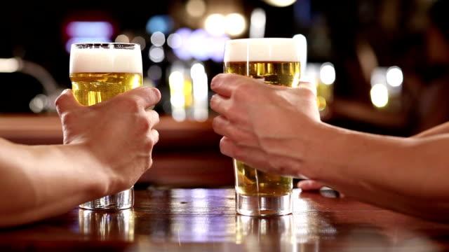 vídeos y material grabado en eventos de stock de cerveza - dos objetos