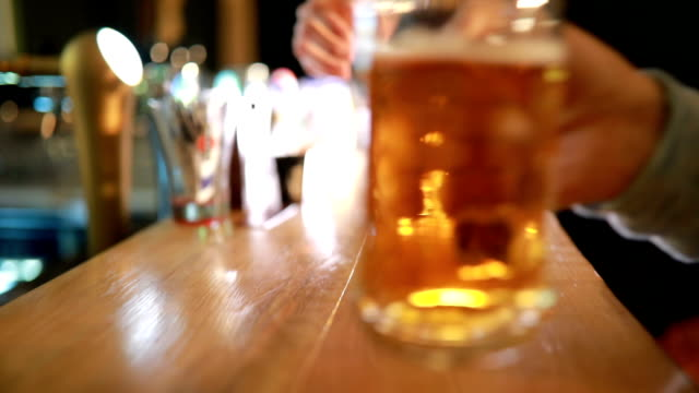stockvideo's en b-roll-footage met bieren en cheers - bar tapkast