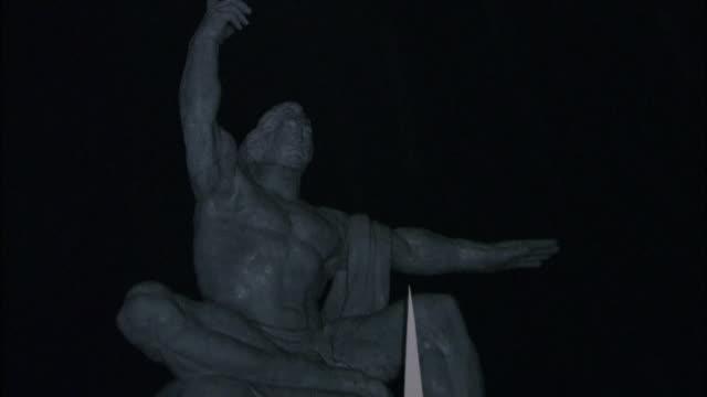 vídeos y material grabado en eventos de stock de before daybreak giant origami cranes surrounding the peace statue at nagasaki peace park in a darkness zoom in on the face of the peace statue - grulla de papel