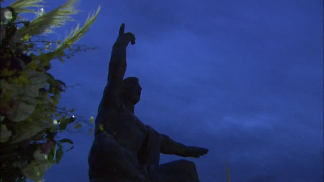 vidéos et rushes de before daybreak on the 69th atomicbomb day of nagasaki low angle shot of flowers offered to abomb victims silhouette of the peace statue in background - arme de destruction massive