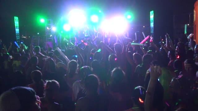 vídeos de stock e filmes b-roll de before start of electric run, festive crowd warms up - salmini