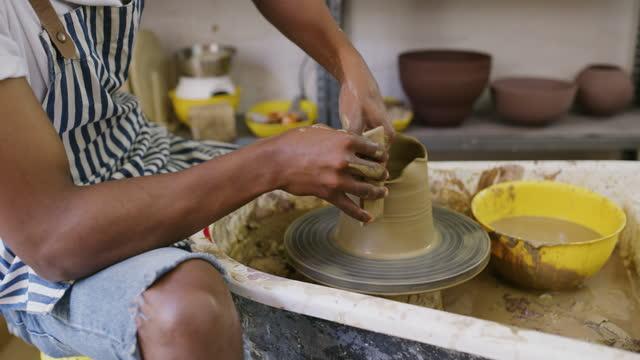 ツールの前に、私たちはちょうど手を持っていた - 陶芸家点の映像素材/bロール