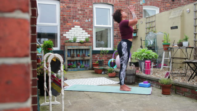 beginning her yoga class - trainer stock videos & royalty-free footage