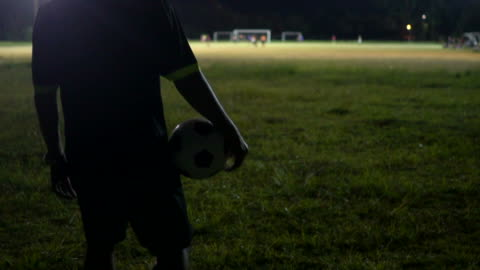 stockvideo's en b-roll-footage met het begin van de voetbalwedstrijd met scheidsrechter fluit blazen. - autoriteit