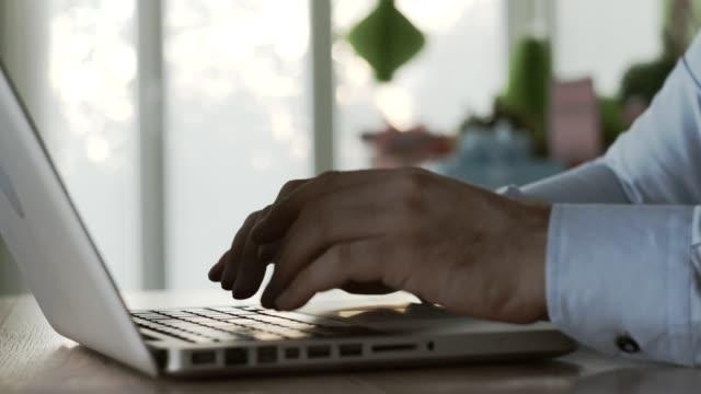の営業日の始まり - ノートパソコン点の映像素材/bロール